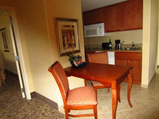 Homewood Suites by Hilton Asheville- Tunnel Road: kitchen area