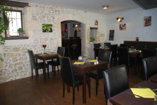 Le Marylou : la salle, murs en pierre, ambiance cosy