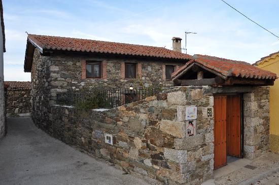 Casa Rural Rioalmar: vista exterior de la casa