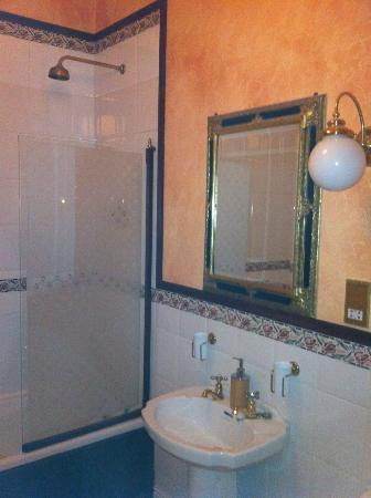 Raheen House Hotel: En suite bathroom