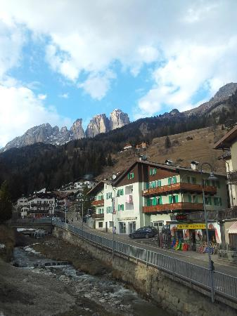 Dolomiti Ski Tour: View of Col Rodella from Campitello