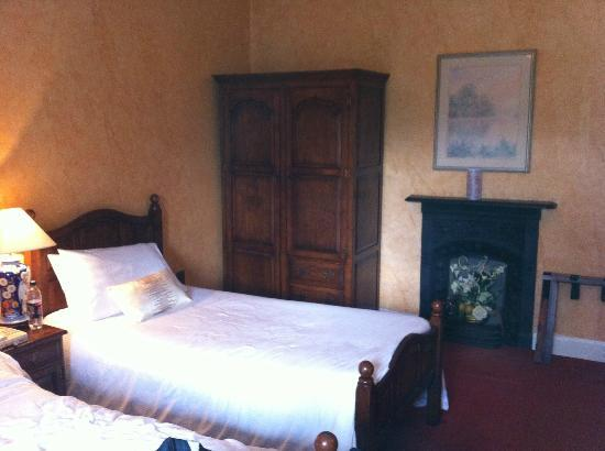 Raheen House Hotel: Triple room - 1 double and 1 single - en suite