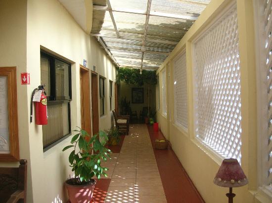 Hotel Playa Bonita: Corridor outside the room