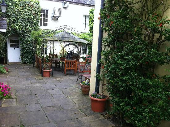 Raheen House Hotel: Side entrance into patio area