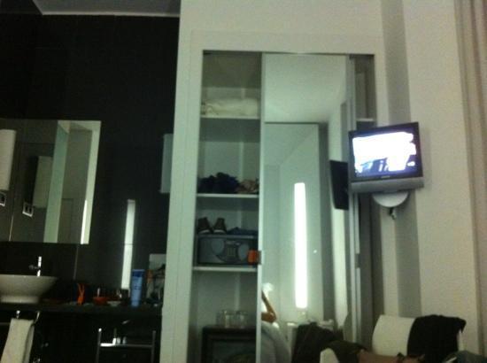Room Mate Mario: television enana