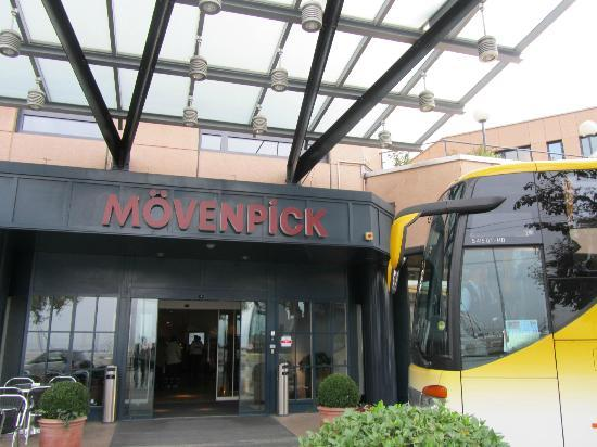 Movenpick Hotel Lausanne: Front entrance across street from Lake Geneva