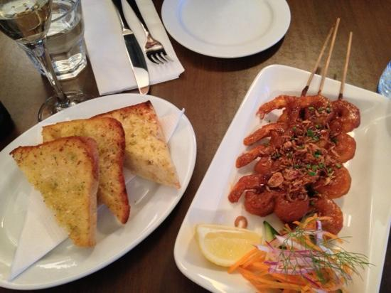Tuti's Restaurant and Bar : satay and garlic bread