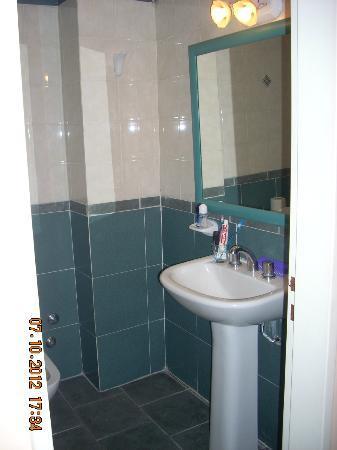 Etoile Hotel: Baño