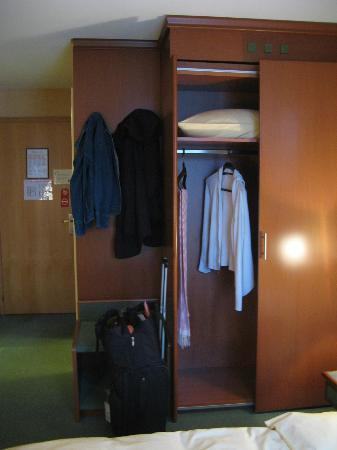 Hotel du Port: Closet space