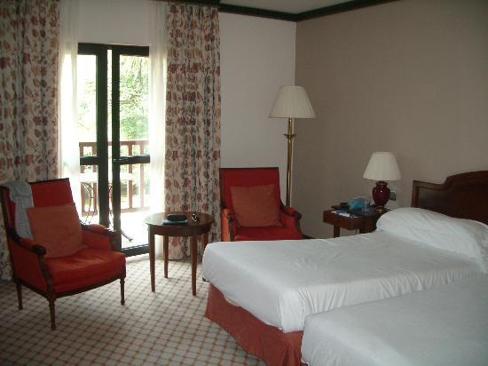 Gran Hotel Balneario Puente Viesgo: Parte de la habitación y terraza