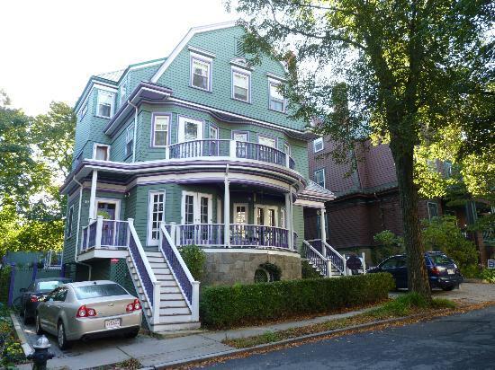 Coolidge Corner Guest House: Bed & Bagel: View of Coolidge Corner B&B