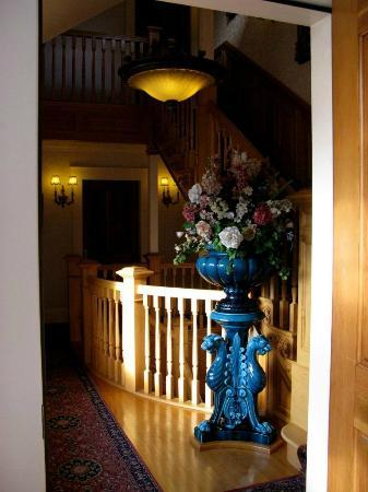 Seven Gables Inn: Outside room into hall upstairs