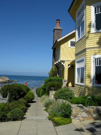 Seven Gables Inn: Street Side View