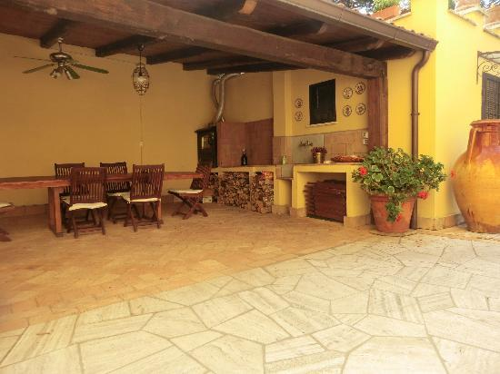 Villa Paganini B&B: Covered terrace where breakfast is served (weather permiting)