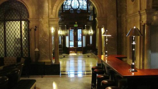 Hotel 1898: Une entrée de l'hôtel