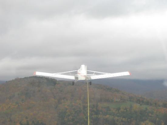 Sugarbush Mountain Ski Resort: View of tow plane from glider