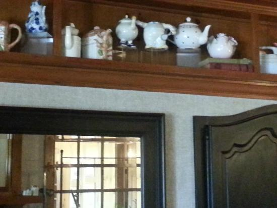Inn On Summerhill: Dining room displays teapot collection