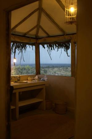 Lamai Serengeti, Nomad Tanzania: Bathroom overlooking Serengeti