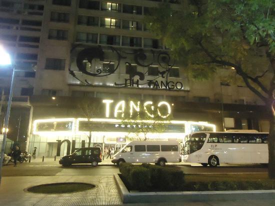 NH Buenos Aires Tango: Entrada do Hotel a Noite