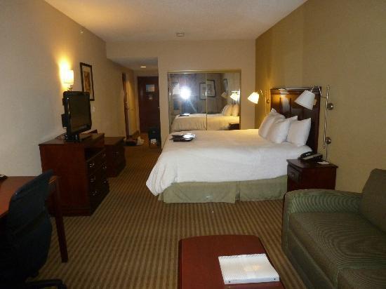 Hampton Inn Palm Beach Gardens : View of room from living area