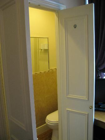 Lime Tree Hotel: Bathroom in a closet