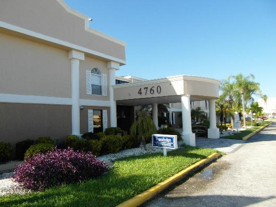 Travelodge Fort Myers: Front entry
