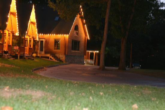 Cedar Lodge & Settlement: Cabins at Night