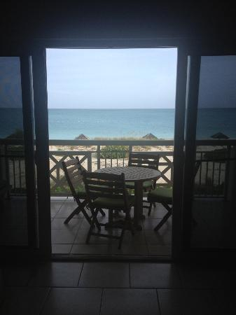Alexandra Resort: Looking out to the beach