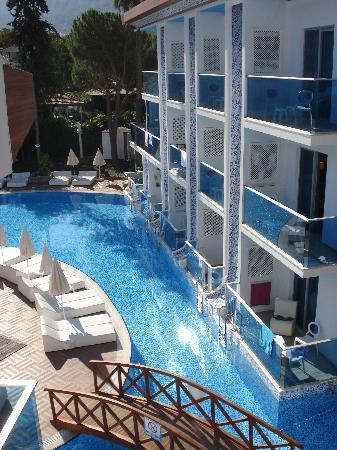 Ocean Blue High Class Hotel : Desde la habitacion a la piscina
