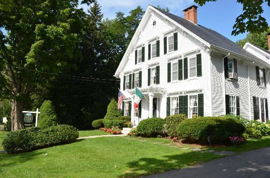 Camden Maine Stay Inn: Inn from street