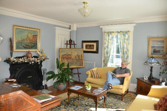 Camden Maine Stay Inn: Blue Sitting Room