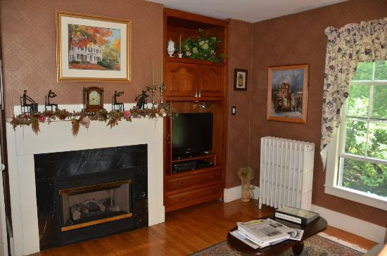 Camden Maine Stay Inn: TV Room
