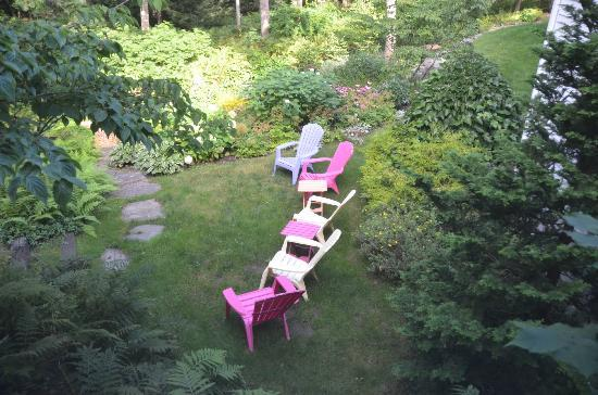 Camden Maine Stay Inn: Garden with Adirondack chairs