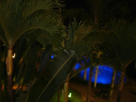 Cairns Beach Resort : Night-time from our balcony