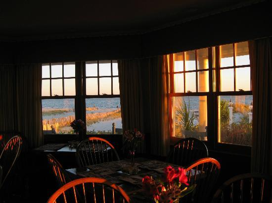 Winstead Inn and Beach Resort: Sunset from dining room