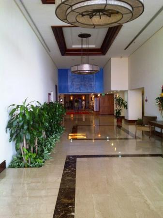 Venezuela Marriott Hotel Playa Grande: Pasillo hacia el Lobby