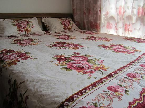 Suzhou Romantic L&L House: Queen bed room with Cartoon bed room with private bathroom