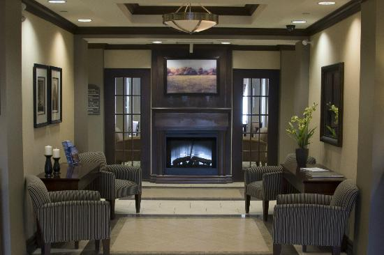 Holiday Inn Express Hotel & Suites Huntsville: Inviting lobby