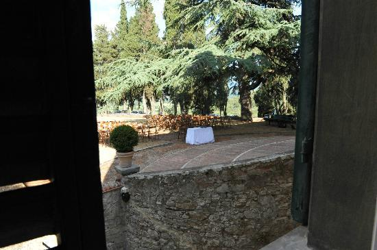 Petrolo: ceremony in front of the villa under the cedar tree