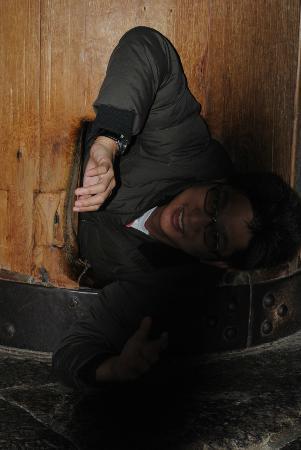 Todai-ji Temple: I'm passing through this small Wisdom Pillar hole