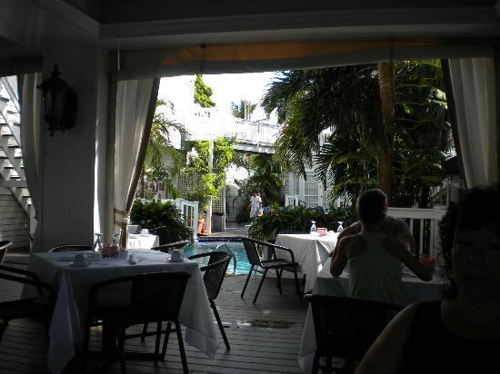 La Te Da Hotel: Dining area near the pool