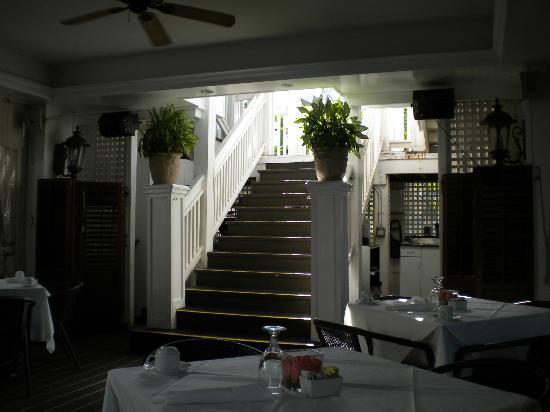 La Te Da Hotel: Stairway to upper dining area and cabaret room