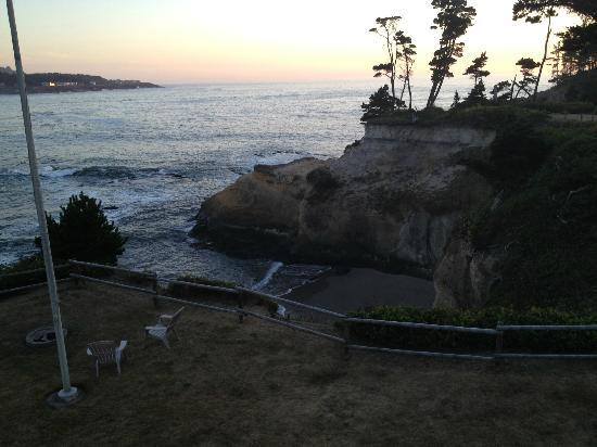 Inn at Arch Rock: Private Beach and Cove at Sunset