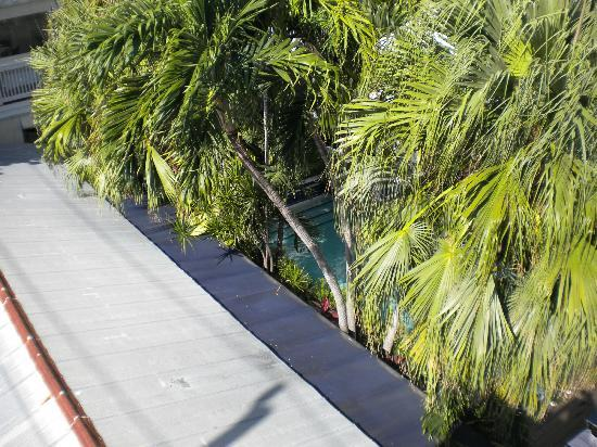 La Te Da Hotel: Looking down at the pool from the sunbathing deck