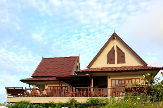 Baan KanTiang See Villa Resort (2 bedroom villas): Another view of the villa from outside