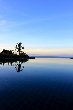 Baan KanTiang See Villa Resort (2 bedroom villas): The amazing infinity pool overlooking the sea