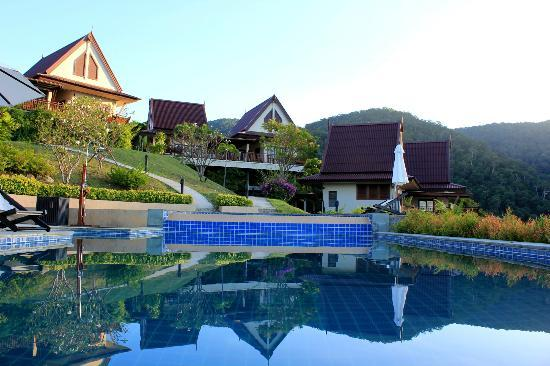 Baan KanTiang See Villa Resort (2 bedroom villas): The villas around the swimming pool