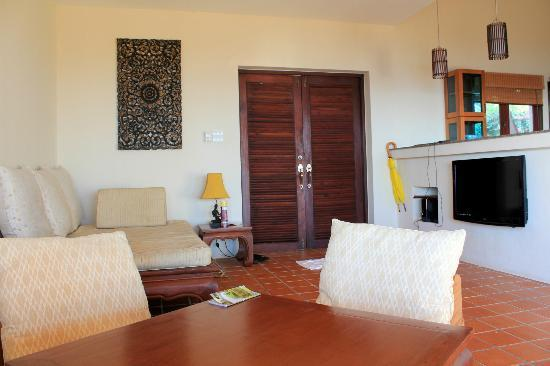Baan KanTiang See Villa Resort (2 bedroom villas): The entrance - living room