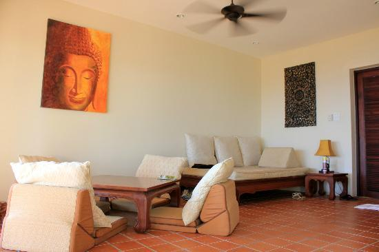 Baan KanTiang See Villa Resort (2 bedroom villas): Living room from the other side