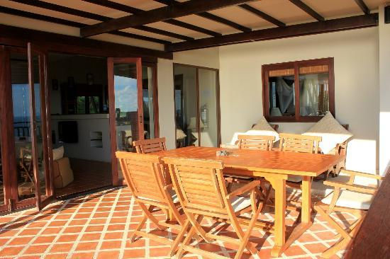 Baan KanTiang See Villa Resort (2 bedroom villas): The dining table outside